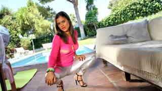 Alice Axx posando  en la piscina photo 3