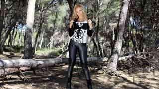 Ginger Hell desnudandose  en el bosque...photo 3