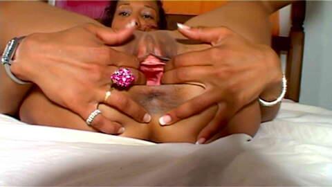 Karla Sanchez desnudandose  en una hab...photo 4