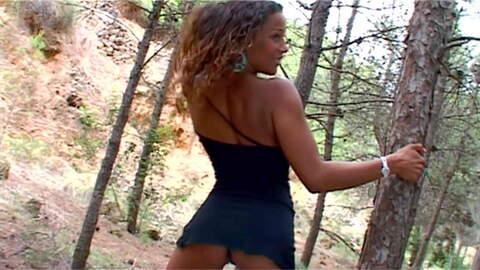 Karla Sanchez desnudandose  en un bosq...photo 3