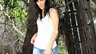 Linda India posando  en medio del bosq...photo 3