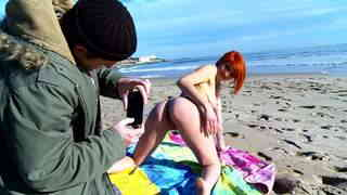 Sexo y pipi a la playa  photo 02