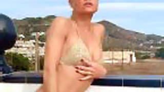Magda desnudandose  en la terraza  photo 1