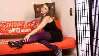 Maya posando en el sofá  photo 1