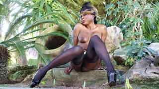 Naomi Lionness posando  en plena natur...photo 4