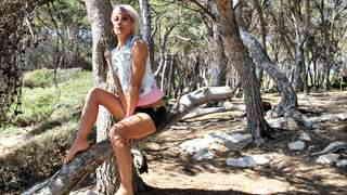 Nicky Wayne posando  en un bosque  photo 1