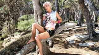 Nicky Wayne posando  en un bosque  photo 3