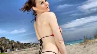 Tina Kay desnudandose al lado del mar ...photo 4